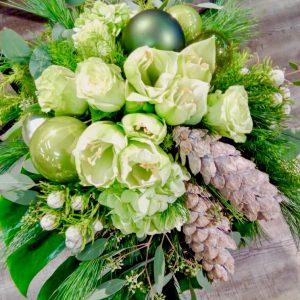 Blumenstrauss_ Winterzauber_in_weiss _grün, _Amaryllis _mit _winterlichem _Beiwerk